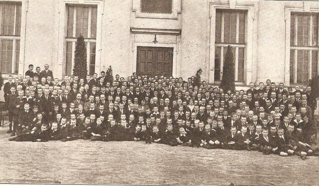 Uczniowie i grono pedagogiczne I Męskiego Gimnazjum Miejskiego miasta stołecznego Warszawy w roku szkolnym 1925/26, gdy uczęszczał do niego Tadeusz Wiwatowski. Zapewne jest na fotografii, choć trudno byłoby go wskazać.