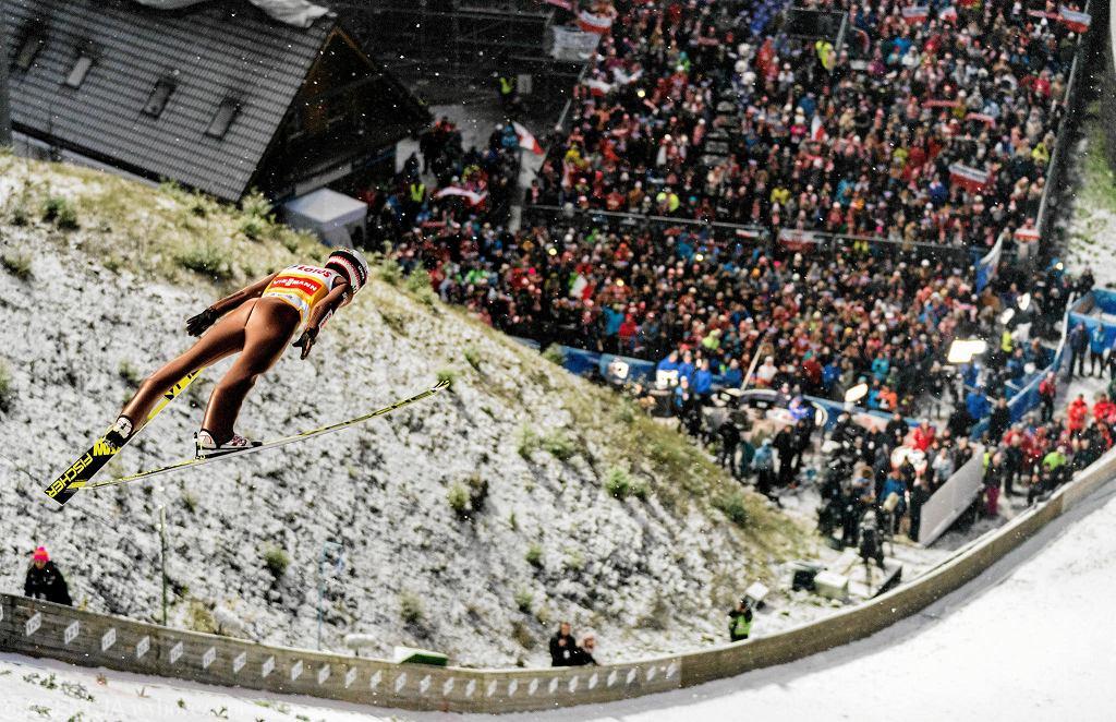 Skoki narciarskie. Kamil Stoch podczas konkursu Pucharu Świata w skokach narciarskich w Wiśle w 2018 r.