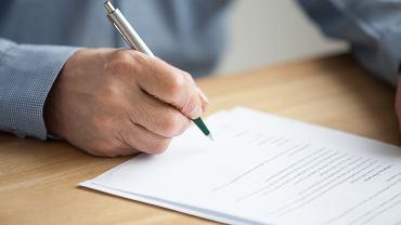 Testament należy przede wszystkim spisać własnoręcznie, koniecznie z datą i podpisem.