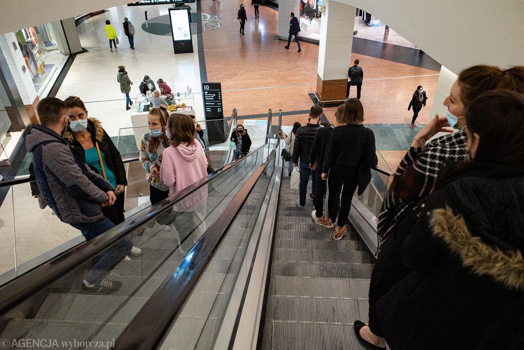 Ostatni dzień otwarcia galerii handlowych w Warszawie przed częściowym lockdownem spowodowanym pandemią koronawirusa