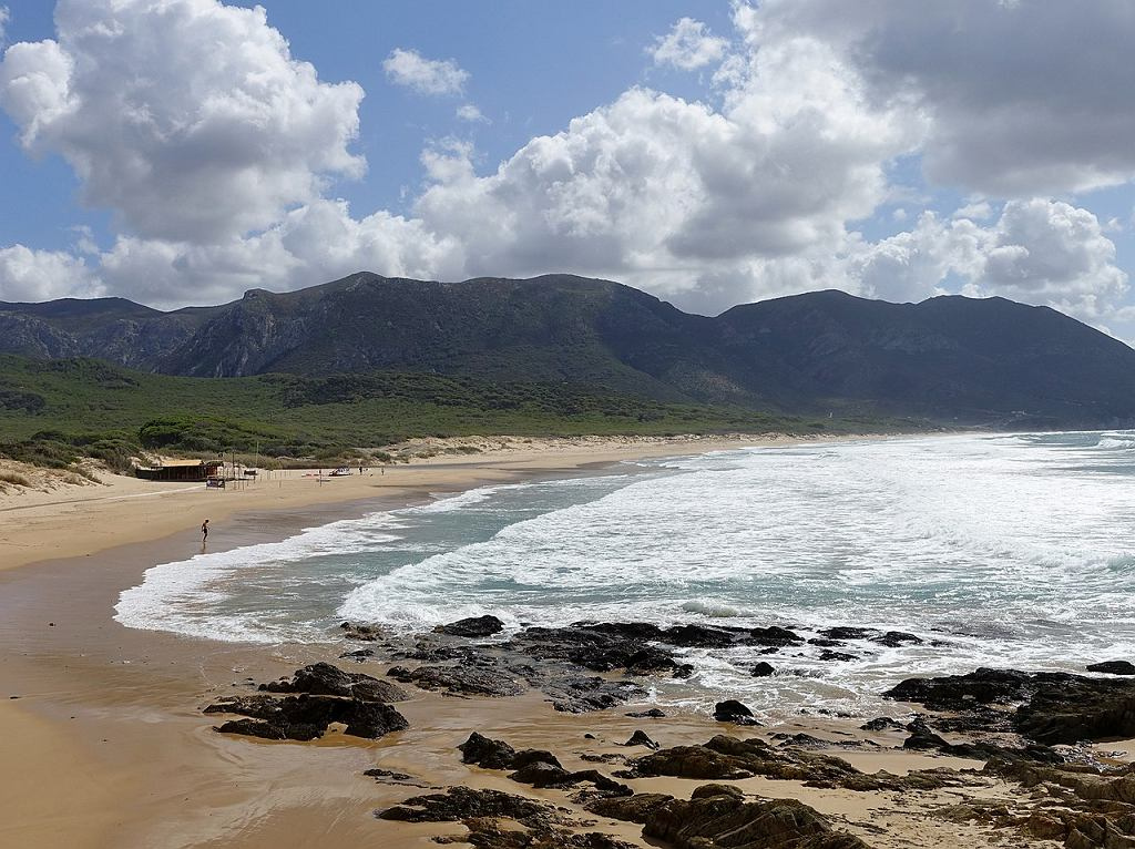 Plaża Portixeddu w miasteczku