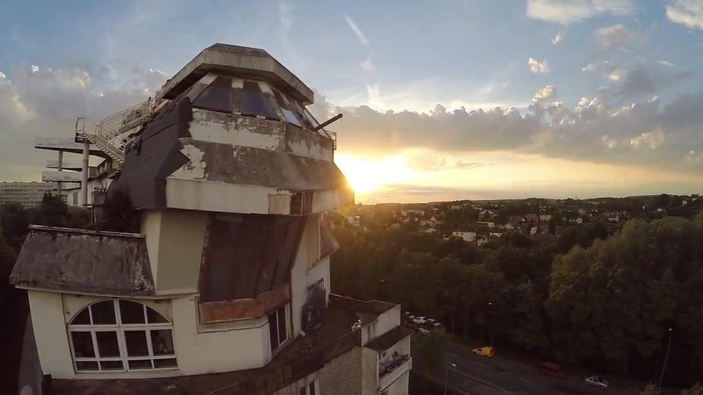Nietypowa nieruchomość na dachu bloku
