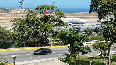 Rosyjski samolot pasażerski na lotnisku w Caracas