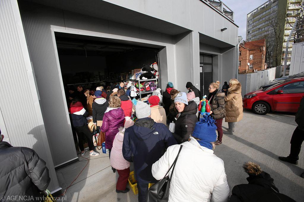Kolejka czekających na otwarcie Galerii Szpargałek
