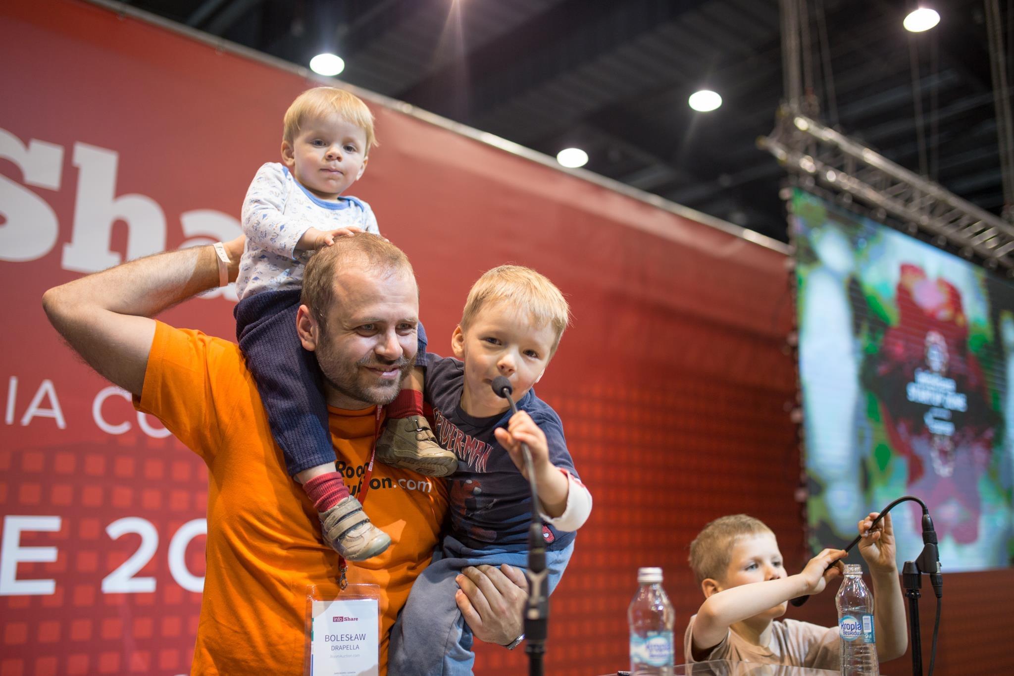 Bolesław Drapella podczas InfoShare z trzema spośród czterech swoich synów (fot. materiały prasowe InfoShate)