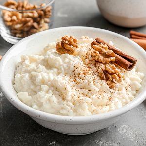 Sposób na resztki ryżu: gotujemy go w wodzie, mleku lub bulionie i podajemy z różnymi dodatkami