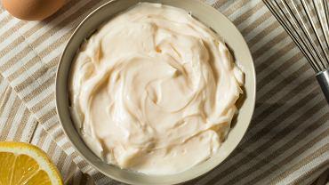 Chyba wszyscy jesteśmy przyzwyczajeni do majonezu. Stosujemy go codziennie do kanapek lub sałatek.