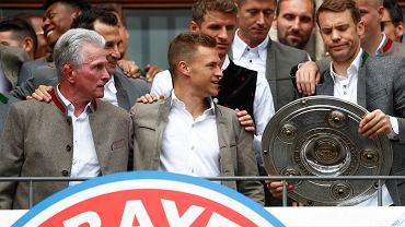 Bayern świętuje mistrzostwo Niemiec. Trofeum trzyma Manuel Neuer
