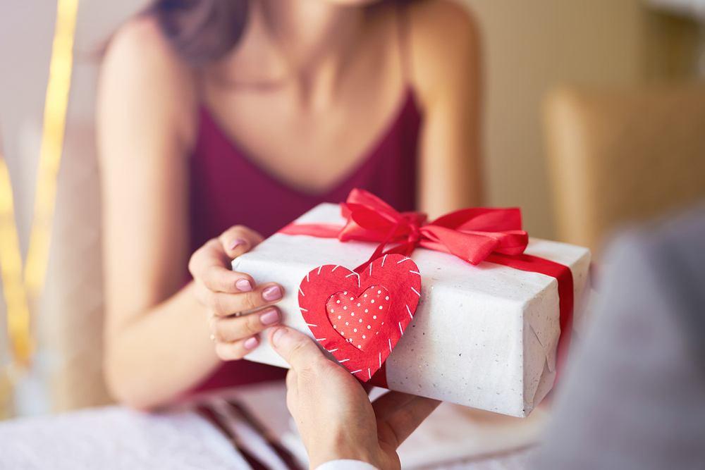 Prezent na rocznicę związku dla dziewczyny. Zdjęcie ilustracyjne