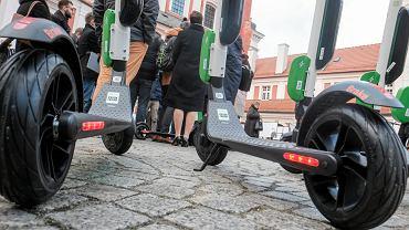 Hulajnogi elektryczne Lime na ulicach polskich miast