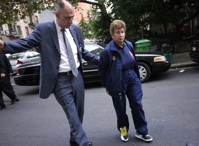 Lois Ann Goodman, uznana sędzina tenisowa została aresztowana w drodze na korty. Jest podejrzana o zabójstwo własnego męża... kubkiem do kawy.