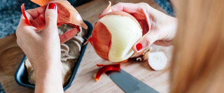 Przekrój cebulę na pół i przetrzyj nią stopy. Efekty cię zaskoczą