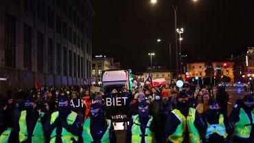 Warszawa. Protest Strajku Kobiet w rocznicę wyroku Trybunału Konstytucyjnego ograniczającego prawo do aborcji