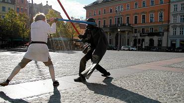 Walka Lorda Vadera i Luke'a Skywalkera - element zajęć integracyjnych przygotowanych dla pierwszoklasistów przez uczniów starszych klas III LO we Wrocławiu, 1 października 2013 r.
