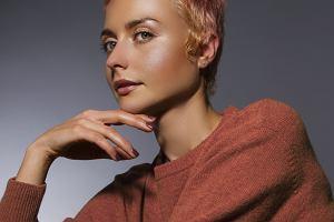 Zatrudnia się na dwa tygodnie w sklepie naprzeciwko i podgląda, jak w modnym berlińskim butiku sprzedają się jej płaszcze