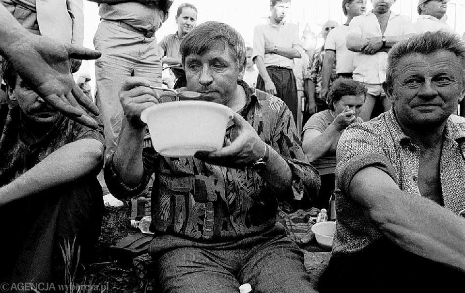 Jedno z pierwszych zdjęć nieżyjącego już lidera Samoobrony Andrzeja Leppera. Fotografia powstała podczas blokady w Jankach w 1992 roku. Zdjęcie publikowane dziesiątki razy w prasie i internecie