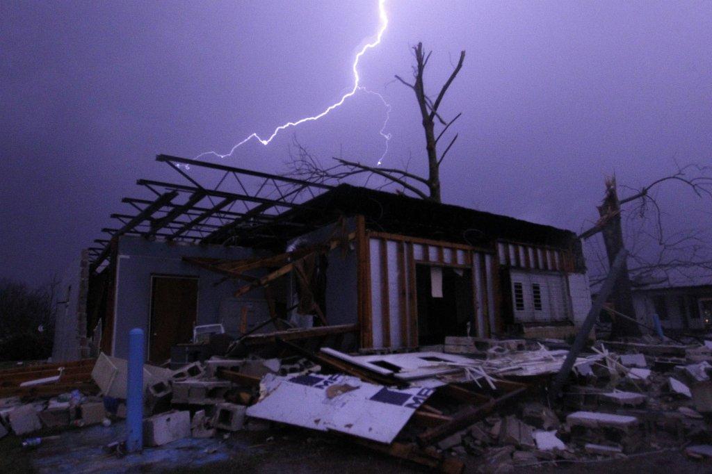 Skutki tornada, które przeszło nad południem Stanów Zjednoczonych