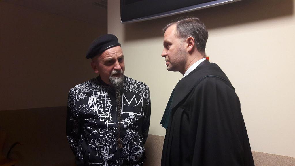 Jarosław Koziara ze swoim pełnomocnikiem, adwokatem Bartoszem Przeciechowskim