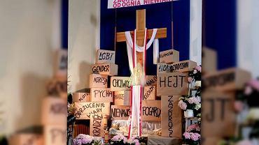 Grób Pański w kościele św. Maksymiliana Kolbego w Płocku. Umieszczono przy nim hasła 'LGBT' i 'gender, obok napisy: 'zboczenia', 'nałogi', 'agresja'