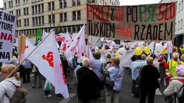 Związkowcy z Komisji Krajowej NSZZ Solidarność podczas demonstracji w Warszawie. Związkowcy na ulicach stolicy protestują przede wszystkim przeciwko zmianom w kodeksie pracy.
