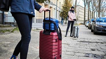 Pandemia koronawirusa. Studenci wyjeżdżają do domów po ogłoszeniu 'korona-przerwy' w wykładach. Osiedle studenckie Uniwersytetu Łódzkiego przy ul. Lumumby. Łódź, 11 marca 2020