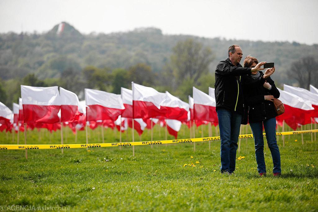 Biało-czerwone flagi na Błoniach