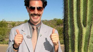 <b>'Borat'</b> A dokładnie 'Borat: Podpatrzone w Ameryce, aby Kazachstan rósł w siłę, a ludzie żyli dostatniej', drugie po Alim G wcielenie Sachy Barona Cohena. Kazachski dziennikarz Borat wyprawił się do wielkiej Ameryki. Rząd Kazachstanu skrytykował film nazywając go 'wytworem złego smaku godzącym w wizerunek mieszkańców kraju'. Trudno się dziwić, bo film został zapamiętany. Do tego stopnia, że w 2012 roku podczas Arabskich Mistrzostw w Strzelectwie w Kuwejcie reprezentantce Kazachstanu, która wygrała turniej zamiast hymnu jej kraju puszczono jego obraźliwą filmową wersję. Aby uniknąć takiej wpadki na odbywających się kilka miesięcy później Igrzyskach Olimpijskich w Londynie rząd Kazachstanu wysłał organizatorem taśmę z nagraniem.