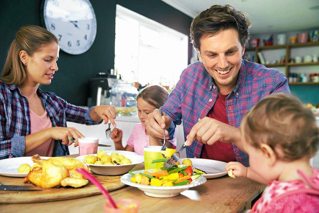 Gotuj to samo dla całej rodziny. Dziecko nie może być jedynym domownikiem na diecie, podczas kiedy pozostali folgują sobie i podjadają w najlepsze.