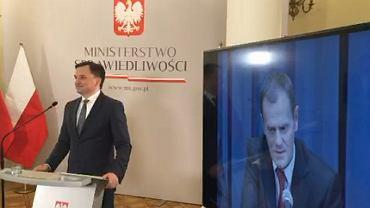 Konferencja Zbigniewa Ziobry o pedofilii, na monitorze Donald Tusk