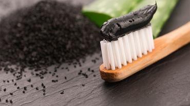 Pasta do zębów z węglem aktywnym może uszkadzać szkliwo