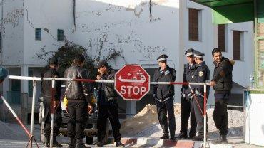 Dzień po zamachu. Policjanci przed muzeum Bardo w Tunisie