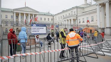 Kolejka do szczepień bez zapisów na placu Bankowym w Warszawie