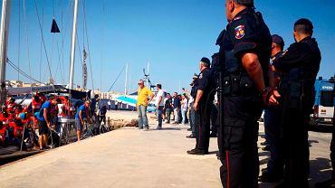 Żaglowiec Alex włoskiej organizacji pozarządowej Mediterranea z 41 migrantami na pokładzie, mimo zakazu, wpłynął do portu na włoskiej wyspie Lampedusa.