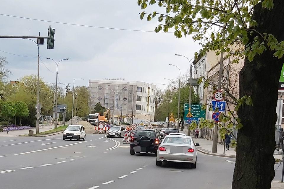 Maj 2021 r. Przebudowa skrzyżowania ulic Chrobrego, Wybickiego i Jagiełły. Problemy kierowców z wjazdem na jedyny pas ruchu