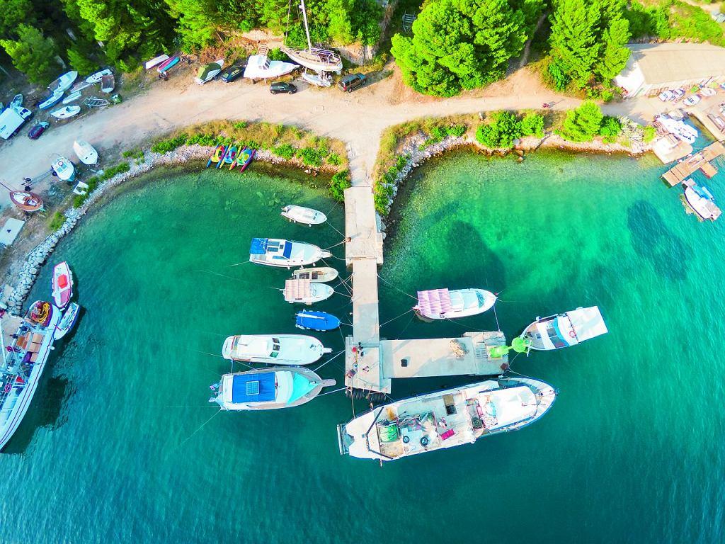 Chorwacja, port na Vis z kamery dronu