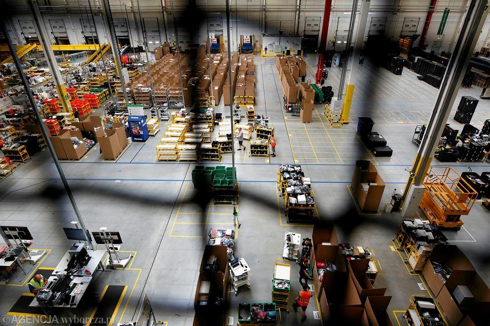 Ubiegłoroczne kontrole Państwowej Inspekcji Pracy wykazały, że obciążenie pracą fizyczną na przebadanych stanowiskach w Polsce dwukrotnie przekracza dopuszczalne normy określone w prawie pracy. Na zdj centrum logistyczne firmy Amazon w Sosnowcu.