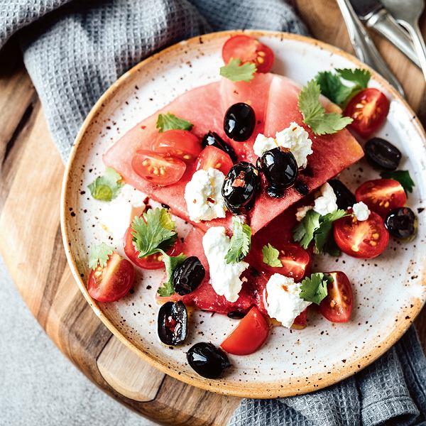 Sałatka z arbuzem, pomidorkami, oliwkami i fetą
