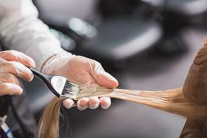 Farbujesz włosy w ciąży? Czy może to wpłynąć na ich osłabienie i w konsekwencji wypadnie po ciąży?