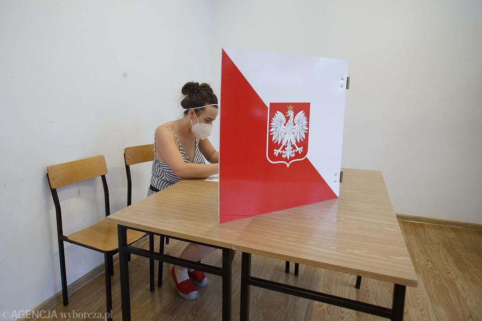 Osobiste głosowanie w obwodowej komisji wyborczej