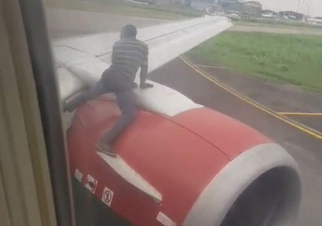 Nigeria. Mężczyzna chciał lecieć na samolotem na skrzydle