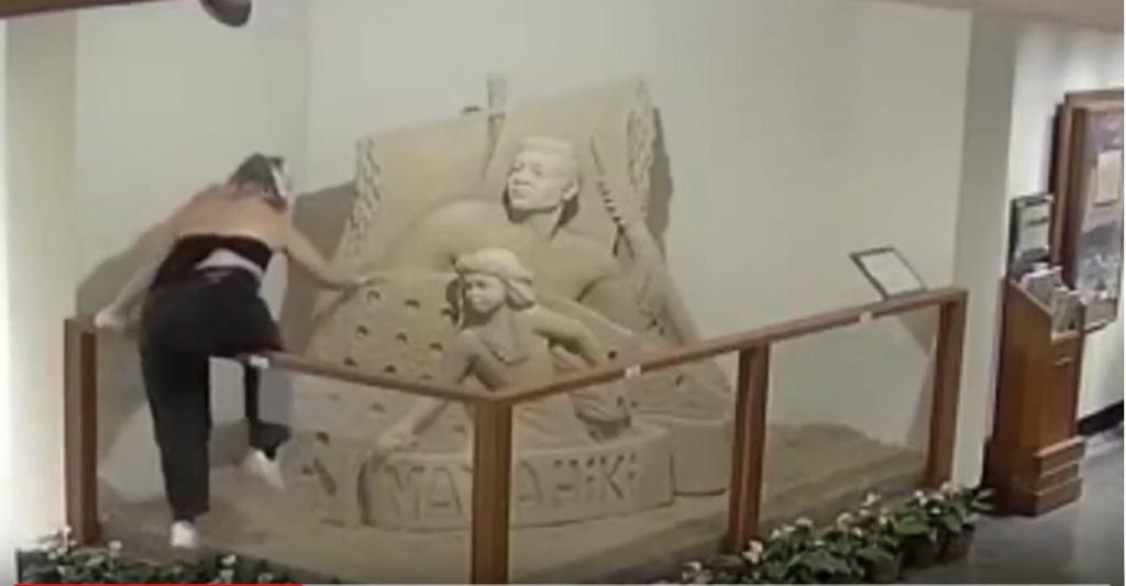 Kobieta zniszczyła rzeźbę piaskową w hotelu na Hawajach