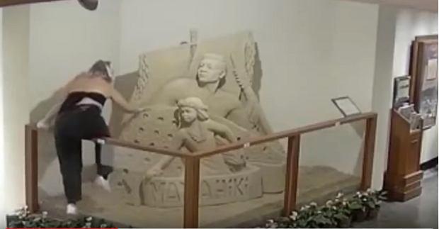 Dwie kobiety zniszczyły piaskowe rzeźby w hotelu na Hawajach. Jedną z nich policja zidentyfikowała