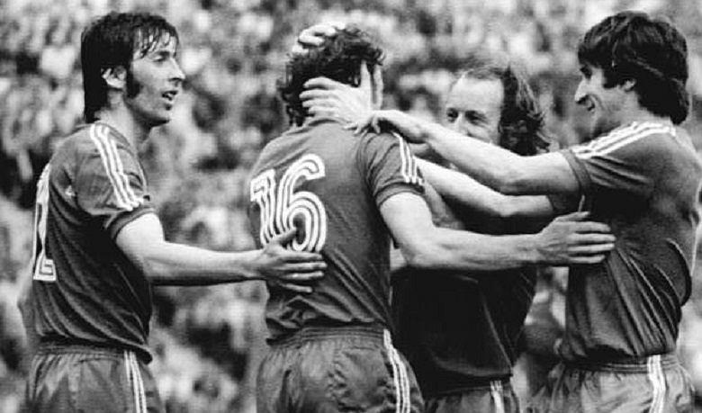 Grzegorz Lato mimo asysty Kenta Karlssona strzela zwycięską bramkę Ronnie Hellströmowi podczas meczu Polska-Szwecja podczas Mistrzostw Świata w Piłce Nożnej 1974, 26.06.1974