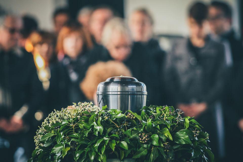 W czasie pandemii koronawirusa coraz popularniejsza jest kremacja.