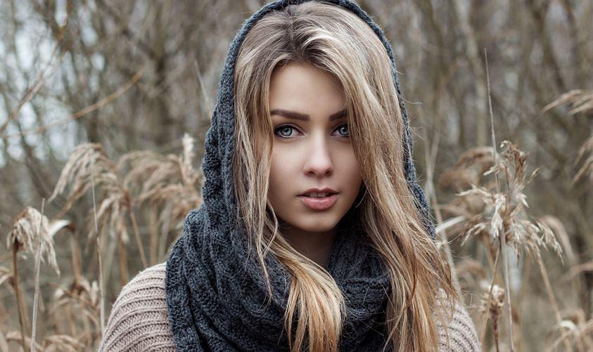 Light ash blond to modny kolor włosów. Jak wygląda i komu pasuje?