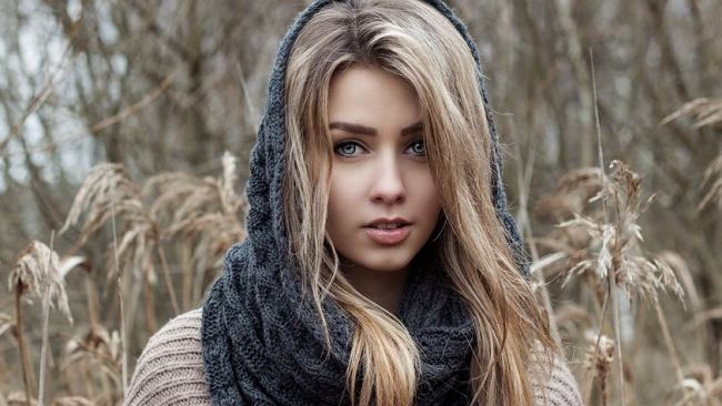 Light ash blond to hit wśród koloryzacji włosów. Jak wygląda i komu pasuje ten modny kolor?