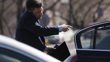 Minister Michał Dworczyk w drodze na posiedzenie Rady Bezpieczeństwa Narodowego. Warszawa, 23 marca 2020