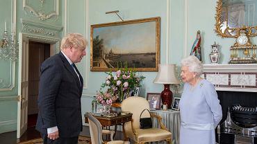Królowa spotkała się z Borisem Johnsonem. Wszyscy patrzą na zdjęcie w tle