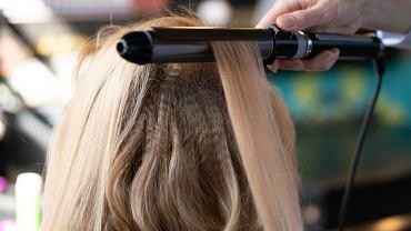 Karbowane włosy, czyli fryzura rodem z lat 90-tych, powraca do mody