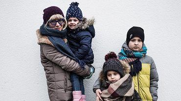 Marina Hulia z czeczeńskimi dziećmi w Warszawie: Sumae (na rękach), Rahman (w środku) oraz Bakar
